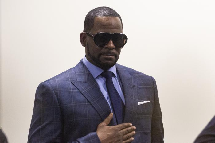Musician R. Kelly arrives at the Daley Center for a hearing.